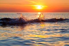 Выплеск волны на заходе солнца стоковые фотографии rf