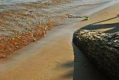 Выплеск волн о береге Стоковые Изображения