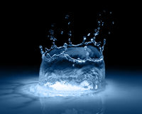 Выплеск воды в черноте стоковая фотография rf