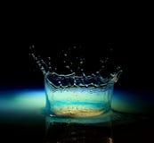 Выплеск воды в черноте стоковые изображения rf