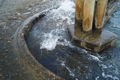 Выплеск воды на затопленных лестницах Стоковые Изображения RF