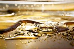 Выплеск воды на золотой посуде Стоковая Фотография