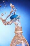 Выплеск воды от бутылки. Стоковые Фото
