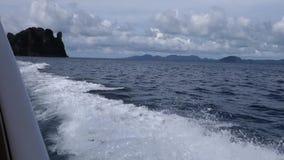 Выплеск воды от шлюпки скорости плавания в море акции видеоматериалы