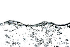 Выплеск воды, падений и пузырей на белой предпосылке стоковое фото