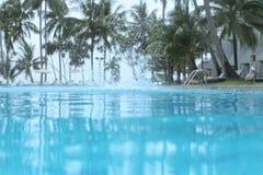 Выплеск в бассейне Открытое море и ладони Стоковое Изображение RF
