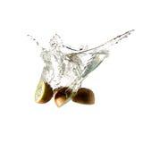 Выплеск кивиа на изолированной воде, Стоковые Изображения