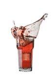 Выплеск коктеиля с кубом льда на белой предпосылке Стоковые Фото
