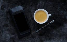 Выплеск кофе и молока в белой чашке Стоковые Изображения RF