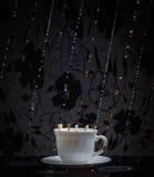 Выплеск кофе и молока в белой чашке Стоковая Фотография