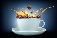 Выплеск кофе с кофейными зернами Стоковые Изображения