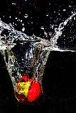 Выплеск клубники в черноте Стоковая Фотография RF