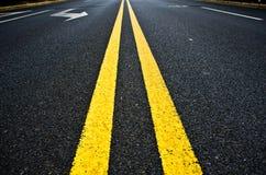 выравнивает дорогу прямо пожелтейте Стоковая Фотография
