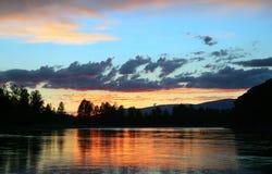 Выравнивать ландшафт с заходом солнца на реке горы Стоковые Изображения