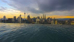 Выравнивать взгляд Куалаа-Лумпур от пейзажного бассейна стоковое изображение