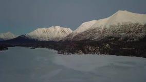 Выравнивать вид с воздуха замороженного аляскского озера видеоматериал