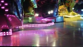 Выравнивать езды в парке атракционов Развлечения для детей и взрослых сток-видео