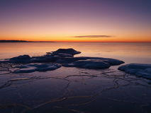 выравнивать замерзая светлый романтичный берег моря Стоковая Фотография