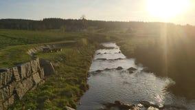 Выравнивать заход солнца в горном селе Jizerka с рекой Jizerka, горы Jizera, чехия акции видеоматериалы
