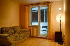 Выравнивать интерьер небольшой комнаты для гостей стоковое фото rf