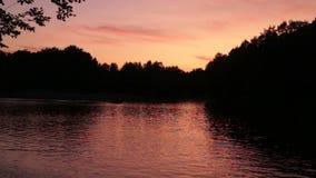Выравнивать красный заход солнца на реке
