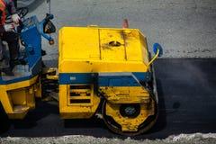 Выравнивать нового слоя асфальта роликом дороги стоковые фотографии rf