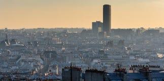 Выравнивать панорамный центр города городского пейзажа Парижа в подсвеченном солнечном луче стоковые изображения