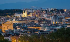 Выравнивать панораму с Trinità dei Monti от террасы Gianicolo в Риме, Италии стоковые изображения