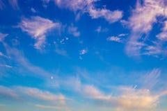 Выравнивать предпосылку голубого неба с красивыми облаками стоковая фотография rf