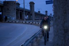 Выравнивать прогулку через Zaporozhye на мосте стоковое изображение