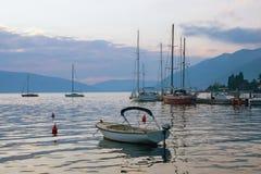 Выравнивать среднеземноморской ландшафт Яхты и рыбацкие лодки на воде Черногория, залив Kotor, Tivat стоковые фотографии rf
