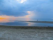 Выравнивать сумерки на береге залива Риги в Jurmala Балтийское море, Латвия, Европа стоковая фотография