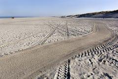 Выравнивать следы на пляже стоковое фото rf