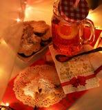 Выравнивать чай с домодельными печеньями стоковые фото
