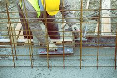 Выравнивающ и приглаживайте влажный бетон 2 Стоковые Фотографии RF