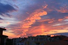Выравнивающ небо с красочными облаками и силуэт города ниже стоковое изображение
