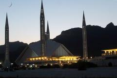 Выравниваясь взгляд мечети Faisal, Исламабада стоковое фото rf