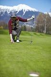 выравнивая женщина игрока в гольф гольфа шарика стоковое изображение rf