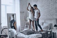 Выражать их влюбленность в танце стоковые фотографии rf