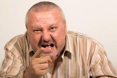 Выражение лица сердитого человека указывая на камеру Стоковые Фото