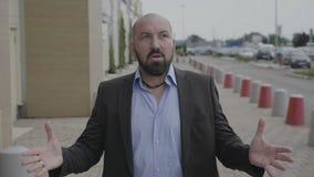 Выражение лица вау бизнесмена стоя на общественной улице показывая изумление и удар - видеоматериал