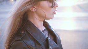Выражение лица улицы внимательной женщины идя сток-видео