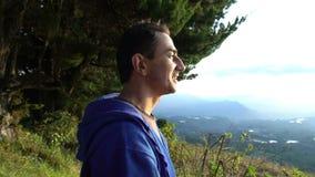 Выражение увоза Человек в горах стоя на восходе солнца и смотря вокруг акции видеоматериалы