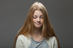 Выражения и эмоции человеческого лица Портрет молодой прелестной женщины redhead с pouting губами в уютной рубашке смотря смущенн Стоковые Фотографии RF