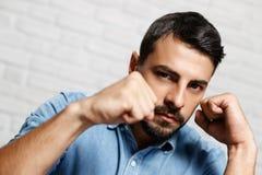 Выражения лица молодого человека бороды на кирпичной стене Стоковая Фотография RF