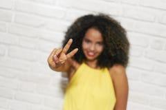 Выражения лица молодой чернокожей женщины на кирпичной стене Стоковое Изображение RF