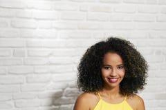 Выражения лица молодой чернокожей женщины на кирпичной стене Стоковое Фото