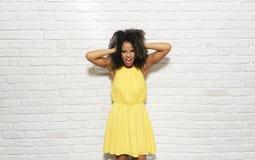 Выражения лица молодой чернокожей женщины на кирпичной стене Стоковая Фотография RF