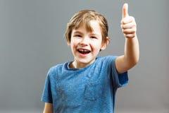 Выражения мальчика - большие пальцы руки вверх Стоковые Изображения RF