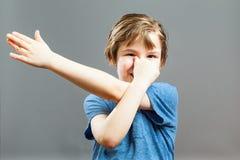 Выражения мальчика - играть фокусы Стоковые Изображения